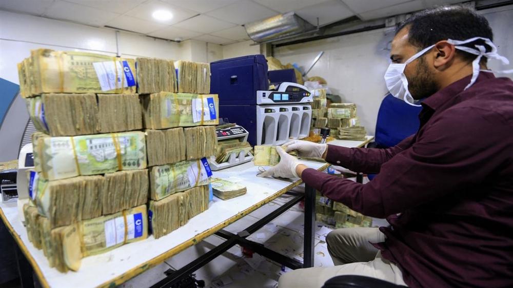 خبراء اقتصاديون: الريال اليمني ضحية السياسات النقدية وكورونا